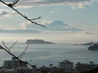 雨上がりの江の島と富士山