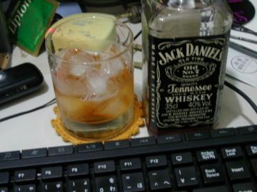 ジャック・ダニエルとバランタインのグラス。