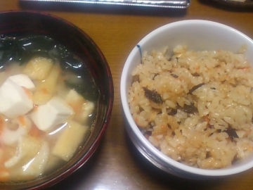 炊き込み御飯と味噌汁。
