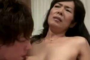 60代熟女の脇毛ありの脇の下を舐めておまんこ犯す無料jyukujyo動画
