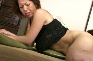 50代人妻母のおまんちょナメると腰をくねらせヨガる無料jyukujyoムービー