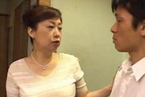 50代豊満人妻母に抱き付いてお乳揉んでテマンする無料jyukujyoムービー
