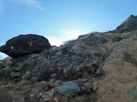 山頂近くの岩がコース案内