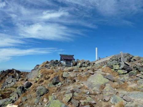 山頂に祀られる祠