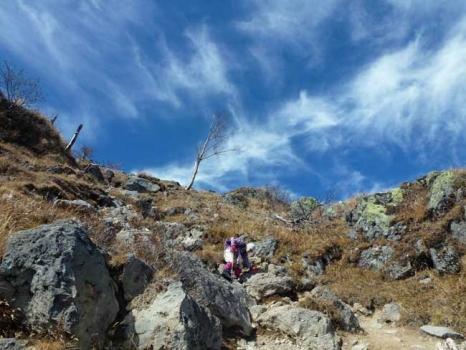 山頂から避難小屋に下るガレ場