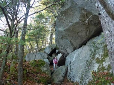 大石の下で