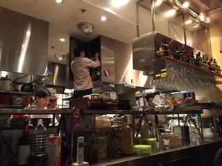 閉店作業中の厨房