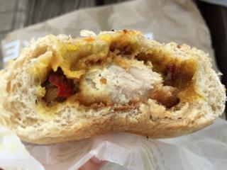 三元豚と夏野菜の焼きカレーパン断面
