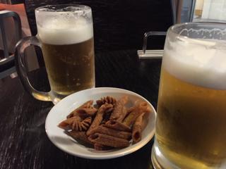 お通しの揚げパスタとビール