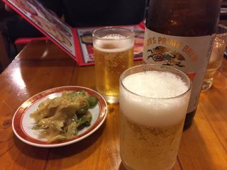 瓶ビールと通しのザーサイ