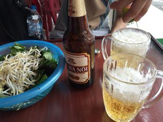 氷ビールと付け合せの野菜
