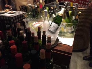 ビュッフェ形式の飲み放題ワイン30種