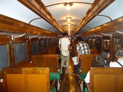 半鋼製の客車内部