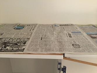 新聞紙タンス上