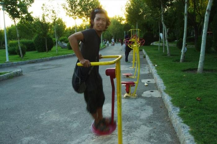 公園でアスレチック運動 (1)