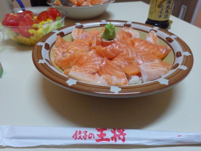 晩ごはんはサーモン丼&スイカ! (7)
