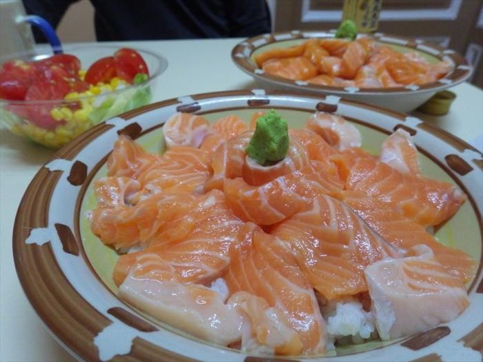 晩ごはんはサーモン丼&スイカ! (6)