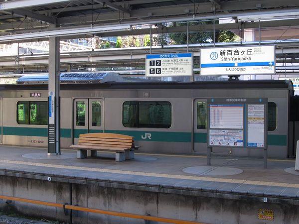 小田急線新百合ヶ丘駅に停車中のJR東日本E233系2000番台。