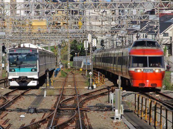 新百合ヶ丘駅構内で停車中には、小田急の様々な車両と顔合わせ。