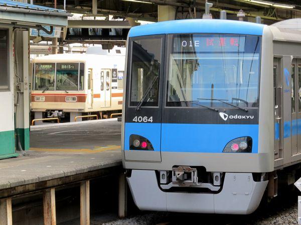 松戸駅に停車中には、快速線のE231系や新京成8800形と初顔合わせが実現。