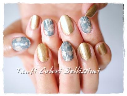 メタリックゴールドと雪の結晶ネイル