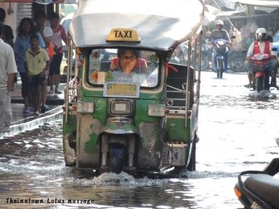 洪水の中を走るメークロン市場のトゥクトゥク