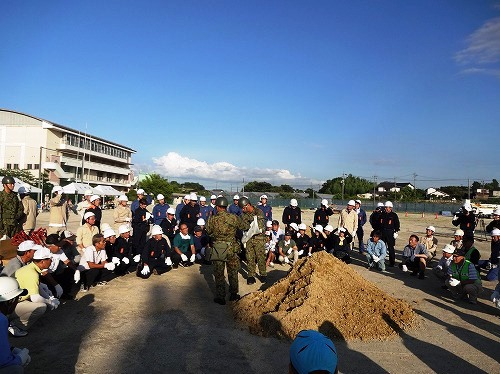 自衛隊員による、土のう積み方説明