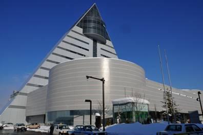 青森県 観光物産館アスパムはAomori の「A」を形どった三角形の外観がシンボルとなってる素敵な建物