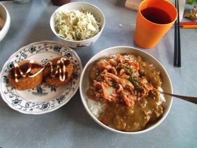 簡単レシピで嫁が作った辛口カレーにキムチを乗せたキムチカレーと野菜に惣菜で夕食