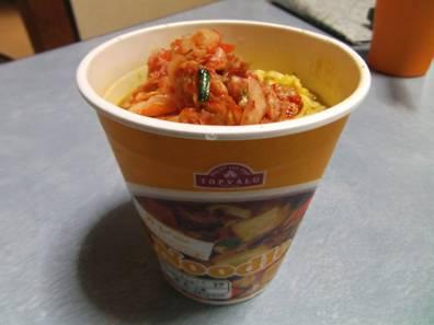 朝食にカレーカップ麺にもキムチを乗せて食べても意外に2種のスパイスの様に美味しかった