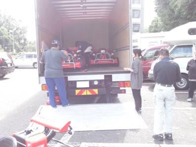 障害者就労継続支援A型事業所のゴーカートをトラックに積み込み業者が運送