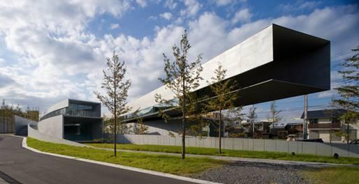 2011年度 日本建築大賞を受賞した千葉市のホキ美術館。30mも飛び出している厚さ25センチ鉄板部分を支える柱が無いのも特徴。