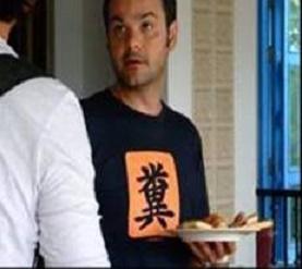 食事を持った外人が糞クソTシャツを着てて意味不明