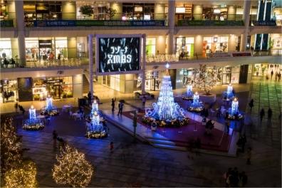 まだ11月でも1か月以上後のクリスマス飾りが多い