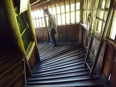 福島県 会津さざえ堂の内部の下り通路写真