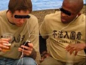 外人2人が日本国内で不法入国者Tシャツを堂々と来てて意味不明