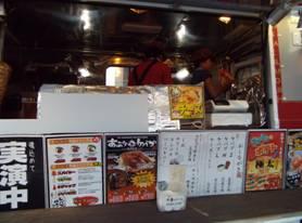 梓川SAでバス型の移動販売車の上部で女性店員2人がケバブ料理していた。