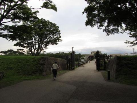 郭内より裏門橋を望む