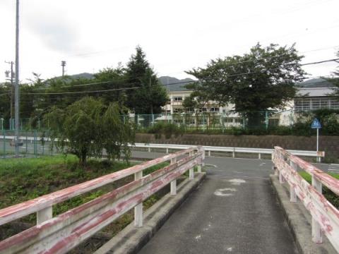 御殿橋と長沢小学校