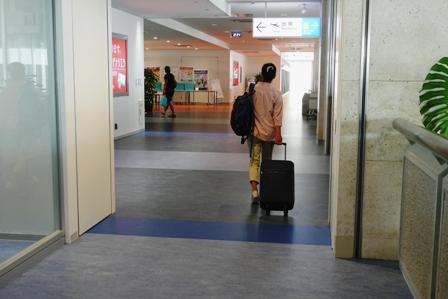 空港出発ロビー P1080142