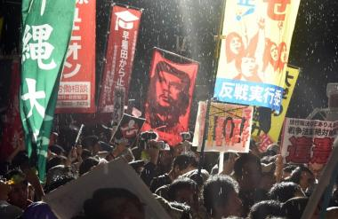 チェ・ゲバラの旗を振ってる左翼学生