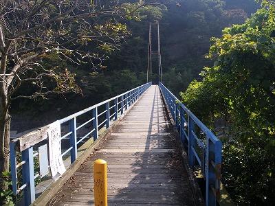 吊り橋を渡って