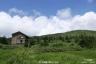 三ツ石湿原1、避難小屋と三ツ石山