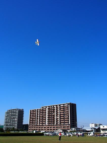 PA250998 マンション背景飛行中