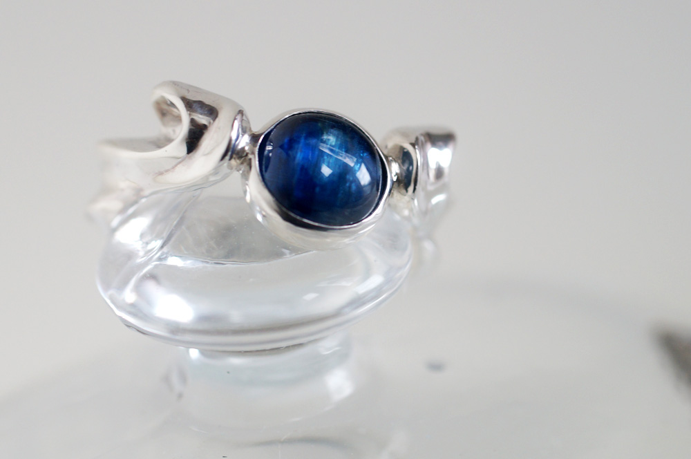 美しい紺色のカイヤナイトリング