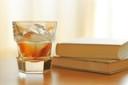 飲み物-本とウイスキー
