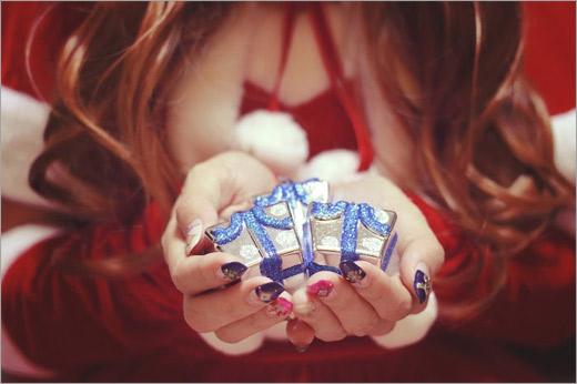 プレゼントを差し出すサンタクロースな女の子