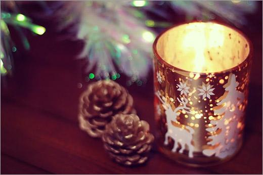 クリスマスの松ぼっくりとキャンドル