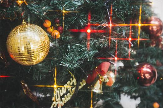 光輝くクリスマスツリーの飾りとライト
