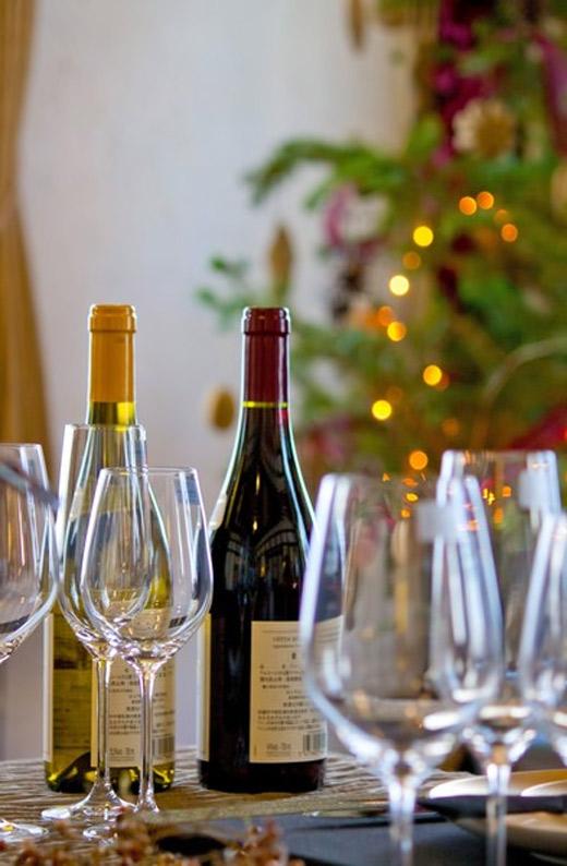 ワイングラスとクリスマスツリー